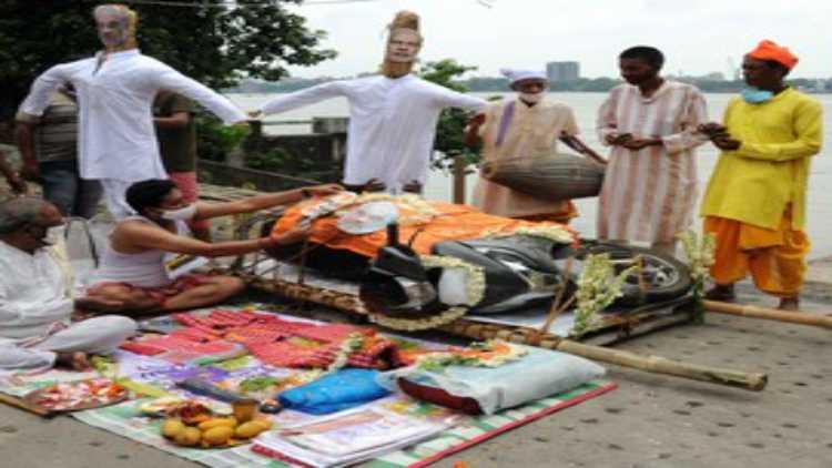 پٹرول،ڈیزل کی قیمتوں میں اضافہ کے خلاف کلکتہ میں گنگاکنارے احتجاج