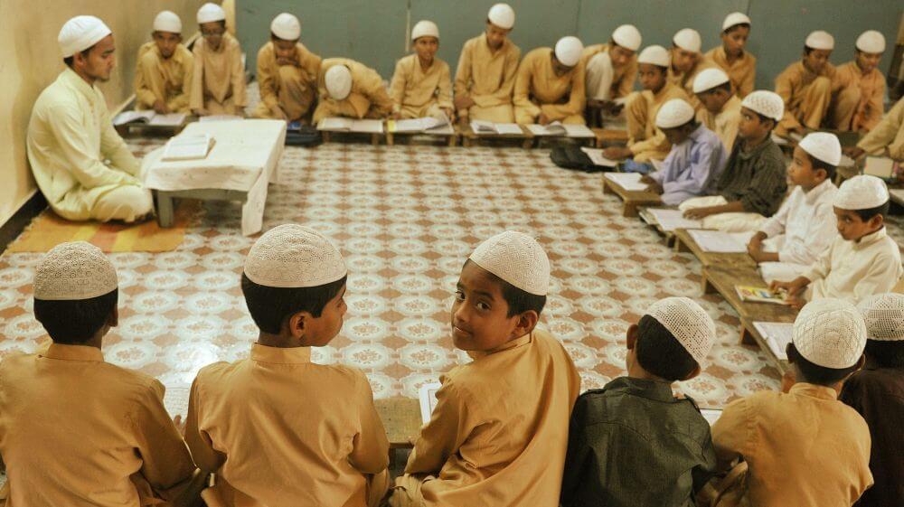 مدرسہ  میں تعلیم حاصل کرتے بچے