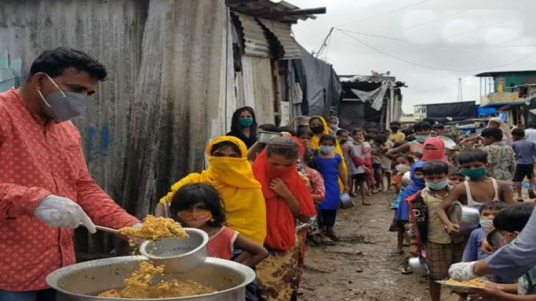 کھانا تقسیم کرتے ہوئے فیاض شیخ