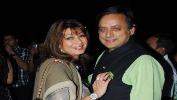 ششی تھروراپنی اہلیہ سنندا پشکر ساتھ