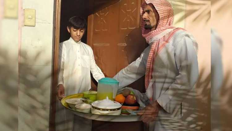 ایک عرب،اپنے پڑوسی کے گھر افطارپہنچاتے ہوئے