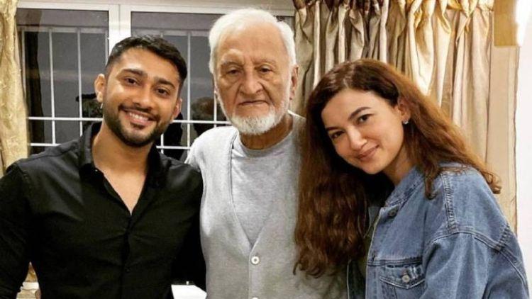 گوہر خان کی اپنے والد کے ساتھ ایک تصویر
