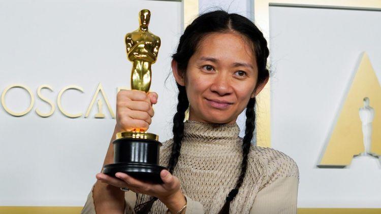 فلم 'نومیڈ لینڈ' کے لیے بہرین ہدایت کار کا ایوارڈ جیتنے والی کلوئی ژاؤ