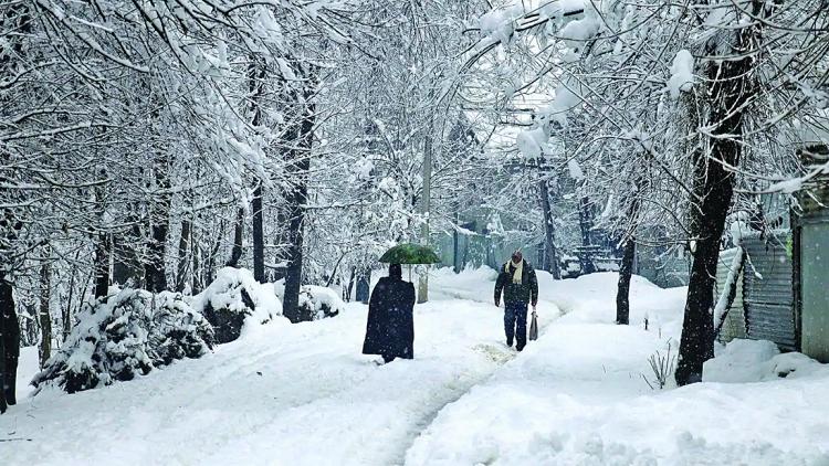 کشمیر میں برف باری سے ٹرانسپورٹ متاثرہونا معمول کی بات ہے