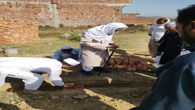 مسجد کا سنگ بنیاد رکھتے ہوئے د ارالعلوم دےوبند کے کارگزار مہتمم مولانا قاری سید عثمان منصور پوری