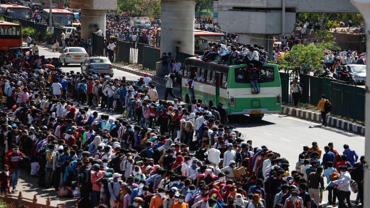 لاک ڈاؤن کے اعلان کے بعد ا لوگوں کا ہجوم آنند وِہار سمیت دیگر بس ٹرمینل پر امڑنے لگا