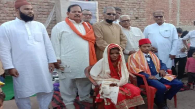 ہٹھیلے ہنومان مندر سمیتی کے عہدیداران نو بیاہتا مسلم جوڑے کے ساتھ